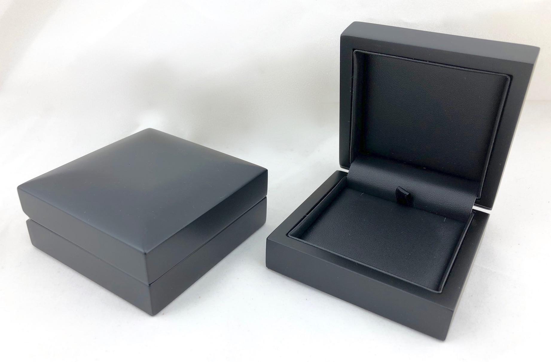 Black in Black Elegance Pendant Box